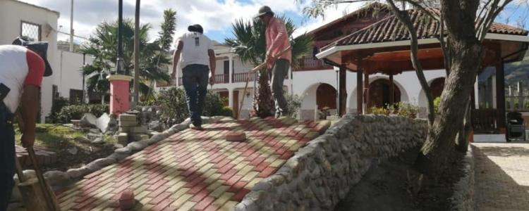 TRABAJANDO EN LA RECONSTRUCCIÓN DEL PARQUE CENTRAL DE LA PARROQUIA.
